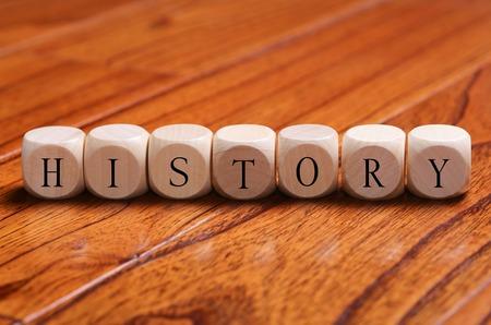 HISTORIQUE mot blocs de bois sont sur le sol.