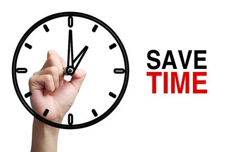 cronologia: La mano está drenando un reloj con el texto Guardar concepto de tiempo a un lado aislado sobre fondo blanco.