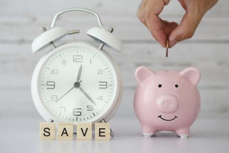 Sparen Sie Zeit und Geldkonzept mit leerem weißem Hintergrund.