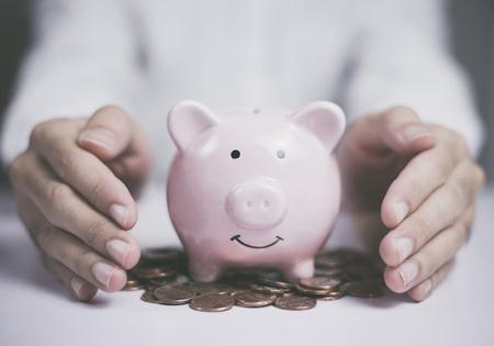 Oszczędzaj pieniądze lub zarządzaj pieniędzmi. Koncepcja finansów firmy. Chroń swoje pieniądze.