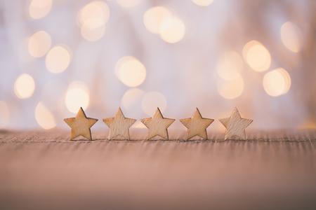 Fünf-Sterne-Holzform auf dem Tisch. Das beste Konzept zur Bewertung des Kundenerlebnisses für exzellente Unternehmensdienstleistungen. Standard-Bild