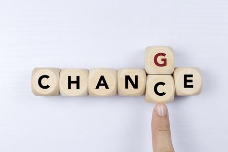 Holzwürfel mit Wortwechsel zum Zufall, persönlicher Entwicklung und Karrierewachstum oder ändern Sie sich selbst Konzept. Standard-Bild
