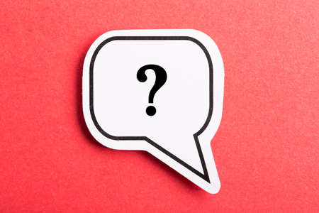 Question mark speech bubble isolated on red background. Banque d'images
