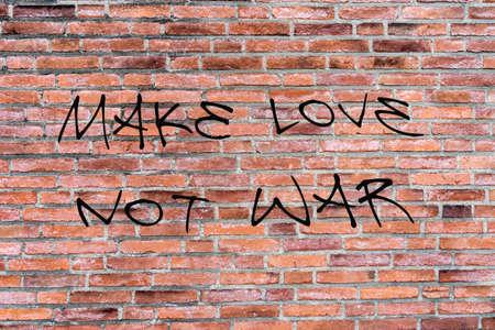 hacer el amor: Graffiti hacer el amor y no la guerra Foto de archivo