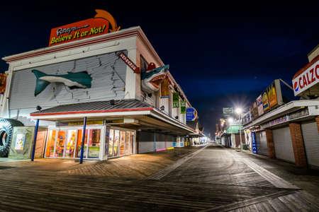 暖かい秋の夜の間にメリーランド州オーシャンシティ桟橋