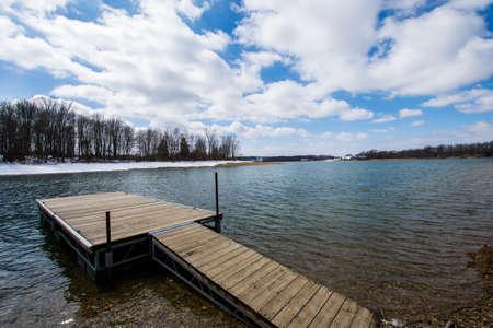 코요르스 주립 공원, 펜실베니아에서 호수 Marburg에서 눈이 부두 스톡 콘텐츠