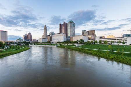 콜럼버스, 오하이오의 스카이 라인에서 200 주년 공원 다리 일몰