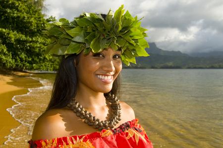 retrato de adolescente hawaiana sonriente en la playa