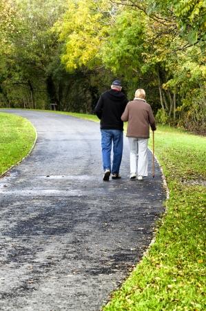 ancianos caminando: Caminar en el parque Old familia