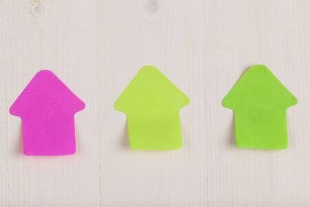 papel de notas: casa en forma de notas adhesivas Foto de archivo