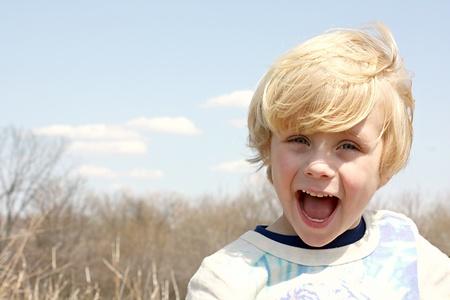 Gelukkige Jongen Buiten Stockfoto