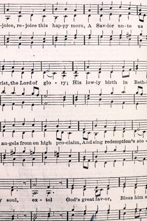 hymnal: una pagina ingiallita di note di musica e testi da una vecchia Lutheran Church Hymnal