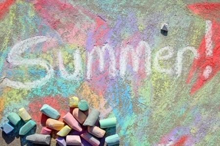 カラフルな背景の図面と歩道に散らばってチョークがたくさん単語夏は白いチョークで書かれて