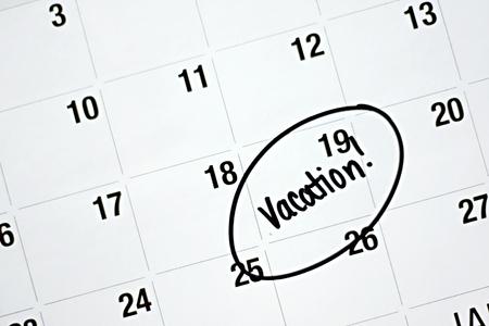 circled: la palabra vacaciones est� escrita en marcador negro y un c�rculo en un calendario mensual blanco Foto de archivo