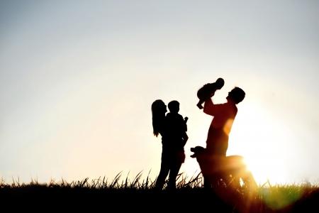 4 人、母、父、赤ちゃんと子、およびコピーの部屋 4 つの領域またはテキストの sunsetting 空の前に彼らの犬の幸せな家族のシルエット 写真素材