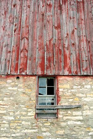barnwood: El vidrio se rompe en una vieja ventana enmarcada con barnwood resistido en un granero de �poca. Foto de archivo