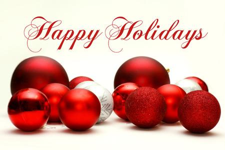 A Collection bílé a červené šumivé vánoční ozdoby Žárovky jsou roztroušeny na bílém pozadí, s textem Šťastné Vánoce.