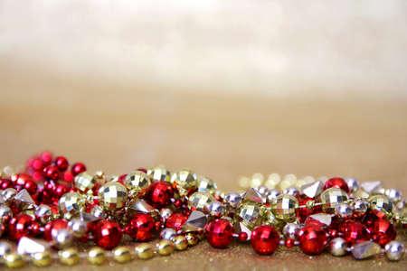 赤とゴールドのマルティ フォアグラのコレクション ビーズ ネックレス フレーム ゴールドラメ生地の下部。 写真素材