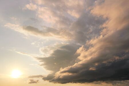 cielo con nubes: Las nubes desde el extremo de la cola de un Arcus Plataforma Nube están estirando y rompiendo a revelar la puesta de sol después de una tormenta.