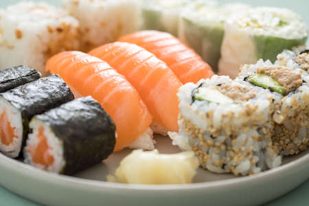 Salmon and tuna sushi with Nigiri, Maki and inside California rolls Banque d'images