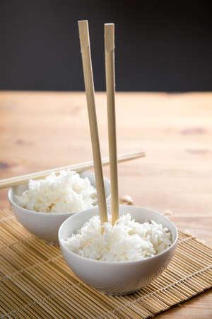 Mettre des baguettes verticales dans le riz signifiant la mort dans la culture japonaise Banque d'images