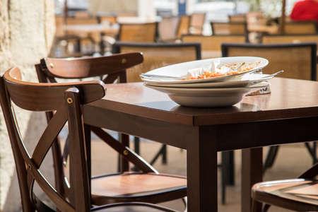 Pile de plats utilisés de la terrasse du restaurant
