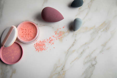 Loose rouge make-up powder with blender sponge on marble beauty table Фото со стока - 134624654