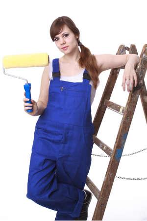 Junge Frau mit dem Maler s Leiter und Farbroller Standard-Bild - 17636228
