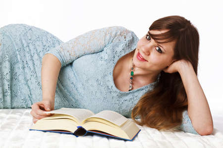 Eine junge Frau liest ein gutes Buch Standard-Bild - 17789557