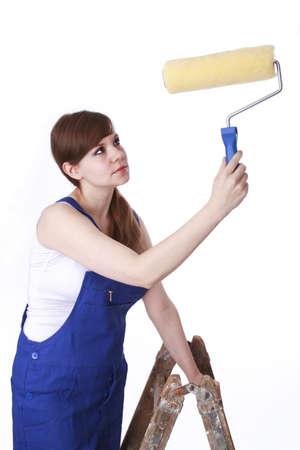 Junge Frau auf einem Maler s Leiter und Farbroller Standard-Bild - 17789553