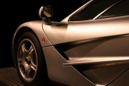 照らす: 黒の背景に銀のスーパー車 写真素材