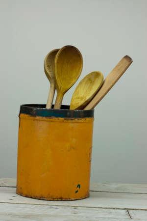 Houten spons in een oud orangeblikje