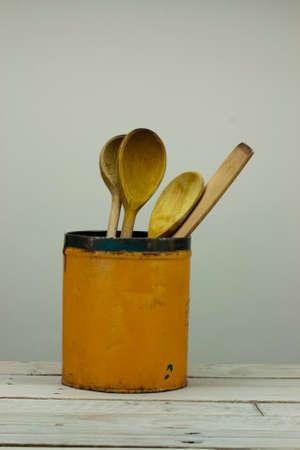 Houten spons in een oude oragne tin