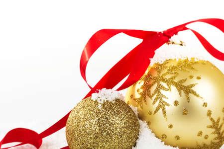Gouden kerst versiering in witte sneeuw voor een achtergrond