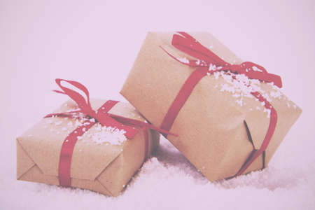papel filtro: Christmas presents wrapped in brown paper with red ribbon Vintage Retro Filter.