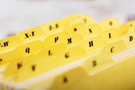 ボックスにアルファベット順のインデックス カードのクローズ アップ