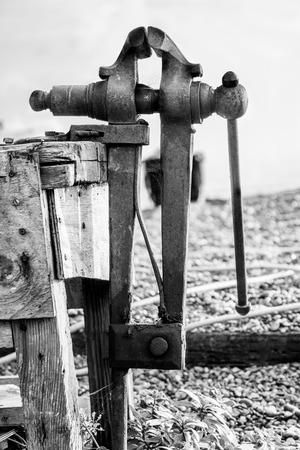 Vintage Stahl Schraubstock montiert auf einer Bank gemacht.