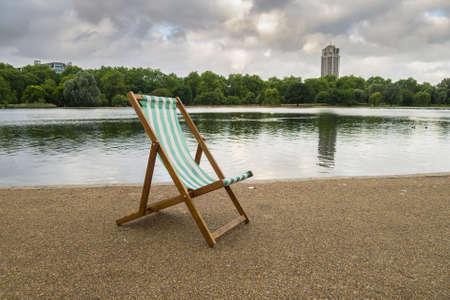 Una solitaria tumbona a primera hora de la mañana en Serpentine, Hyde Park, Londres