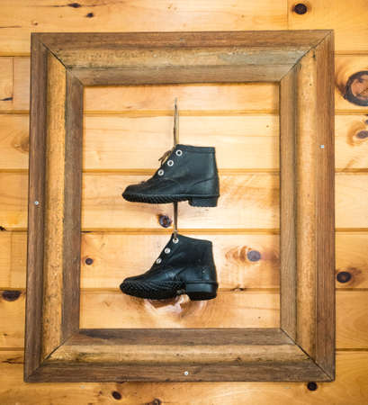 Een paar oude laarzen ingelijst en niet gemaakt om te wandelen