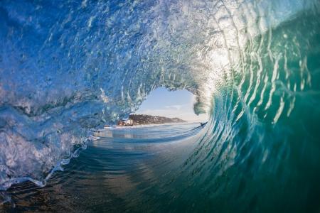 Binnen holle crashen ochtend golven met water detail van surfen of zwemmers bekijken