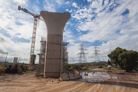 Weg snelweg bouw van nieuwe kruising met de betonweg steunpilaren in de blauwe hemel afgerond