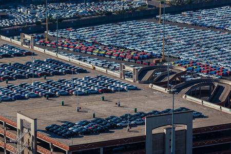 export and import: Nuevos veh�culos autom�viles de las cientos vistas estacionados en la celebraci�n de patio de almacenamiento y la construcci�n a la espera de exportaci�n e importaci�n a los clientes de destino
