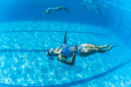 Aquatic Kunstzwemmen meisjes paren dansen onderwater oppervlak programma's op onderdanen kampioenschappen Stockfoto - 24738059