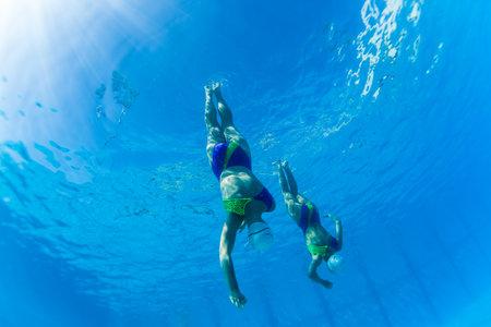 Aquatic Kunstzwemmen meisjes paren dansen onderwater oppervlak programma's op onderdanen kampioenschappen Redactioneel