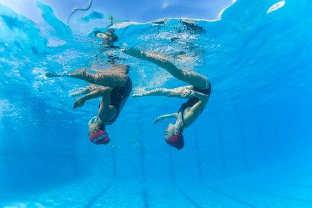 Aquatische Kunstzwemmen meisjes paren dansen onderwater oppervlak programma's op onderdanen kampioenschappen