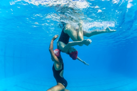 Aquatic Kunstzwemmen meisjes paren dansen onderwateroppervlak programma's op onderdanen kampioenschappen Stockfoto - 24738114