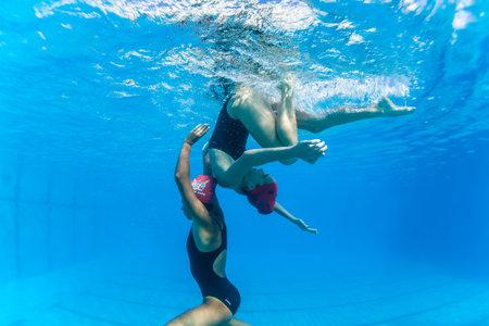 Aquatic Kunstzwemmen meisjes paren dansen onderwateroppervlak programma's op onderdanen kampioenschappen Redactioneel