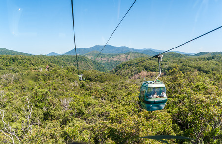 Cable car carries tourists suspended above tropical jungle forests up to Kuranda Cairns Queensland Stockfoto