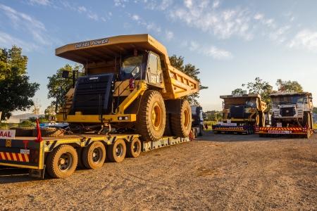 Grote abnormale dagbouwmijnen zware aarde emmer vrachtwagen voertuigen op aanhangwagens vervoer naar mijnbouw bestemming