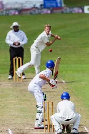 sport team: Cricket Bowler bowling richting batsman tijdens spel Westville speelt Durban Boys High School 1 Teams derby